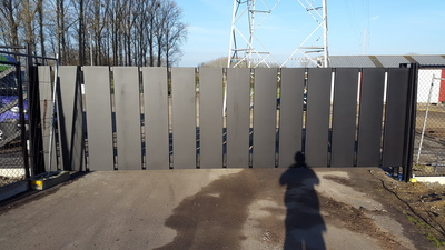 vrijdragende schuifpoort met verticale metalen bakken