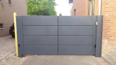 Moderne poort dicht met bakken