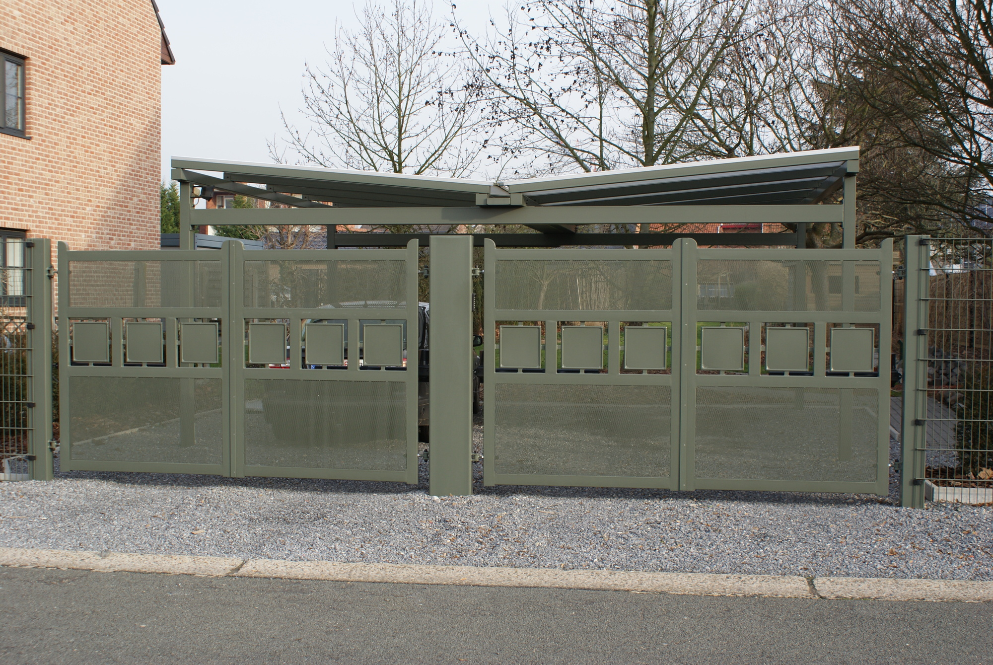 Moderne poort met perfo plaat en klein vakjes vol plaat,