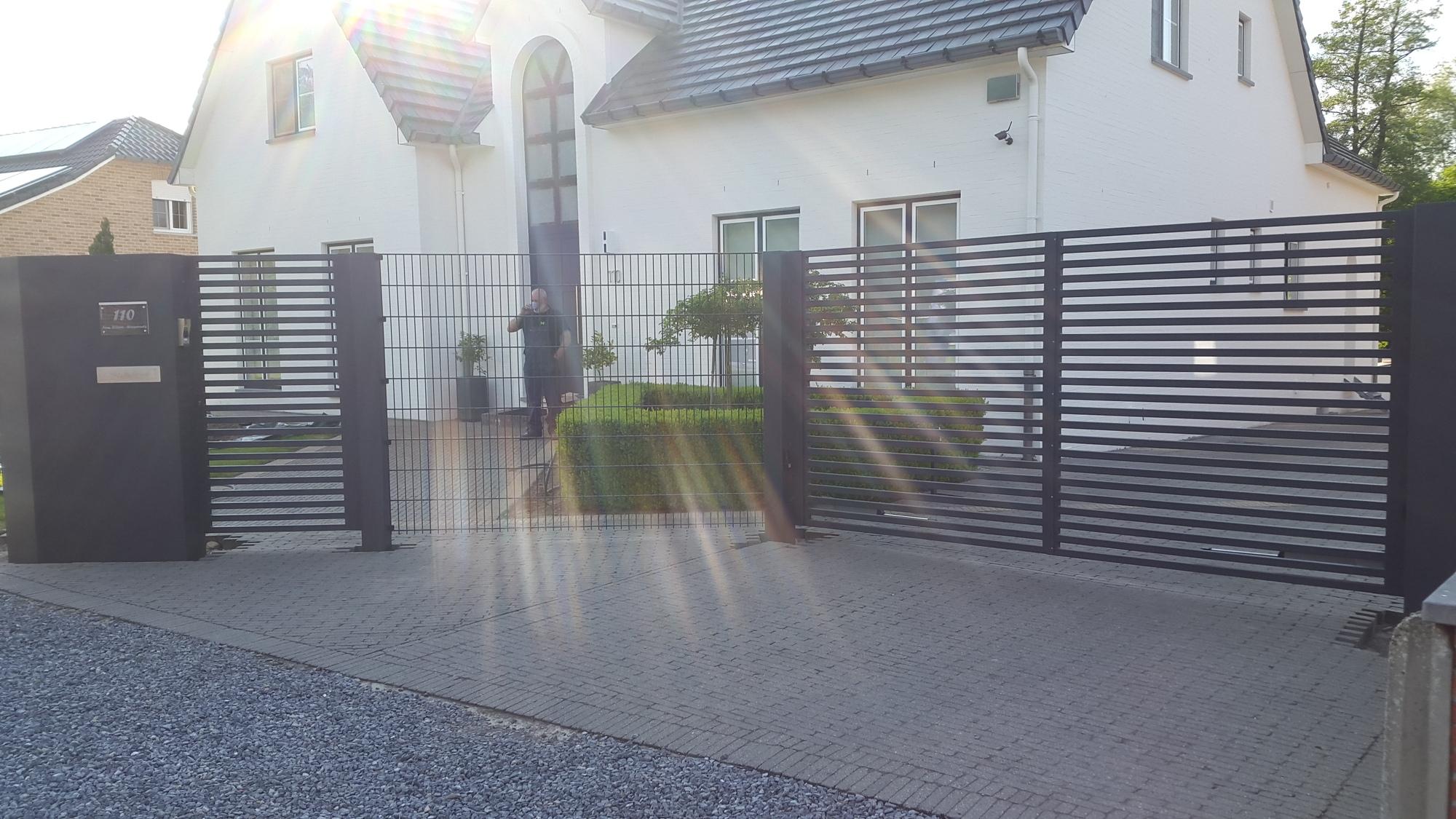 Moderne poort met horizontale buizen