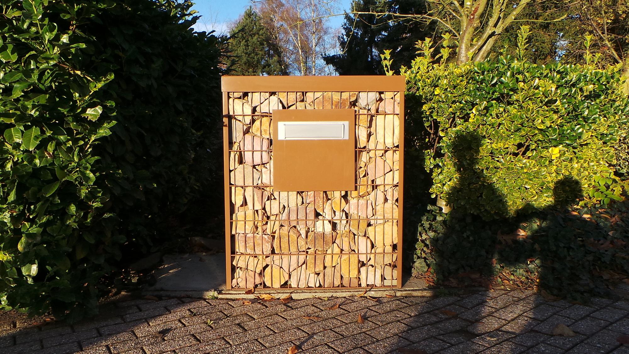 Stone wall brievenbus