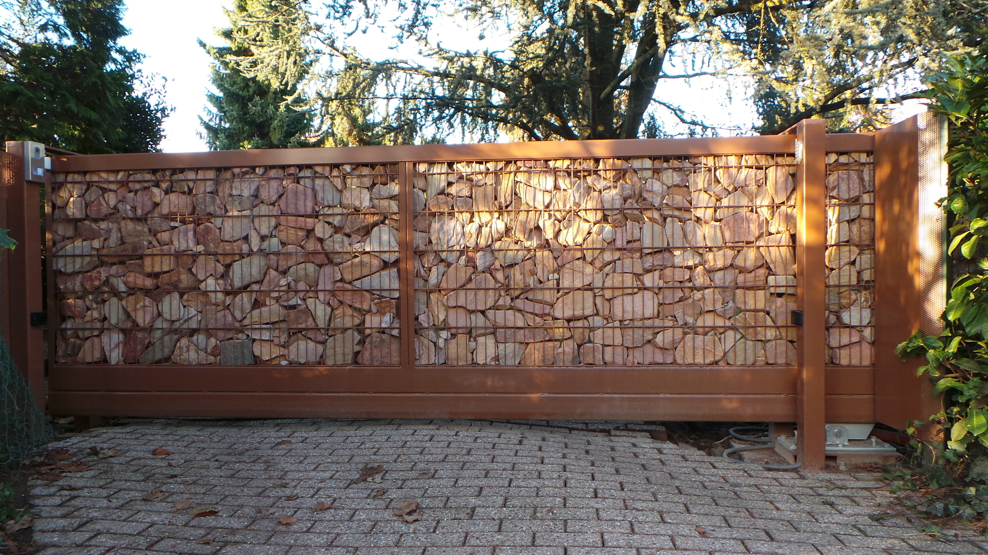 Vrijdragende stone wall poort