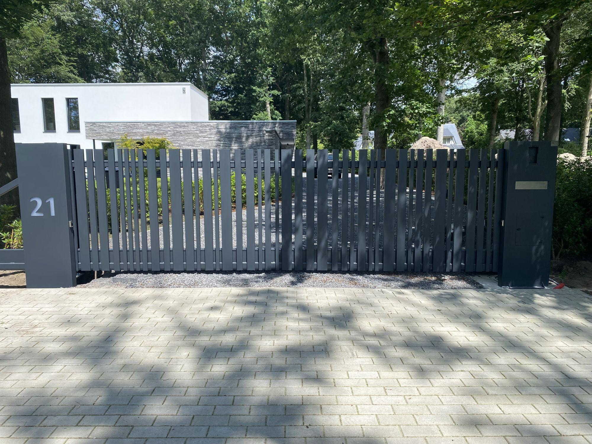 Moderne poort verticale U profielen