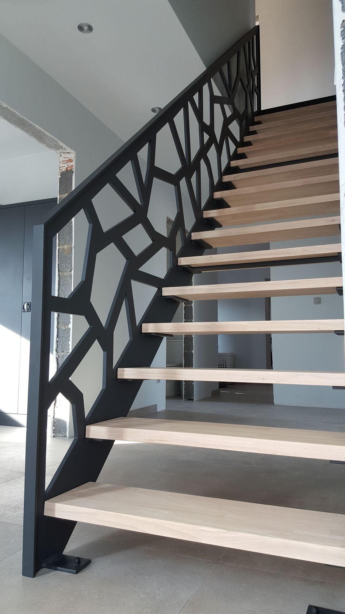 Moderne trap rubberwood treden en uitgelaserde leuning