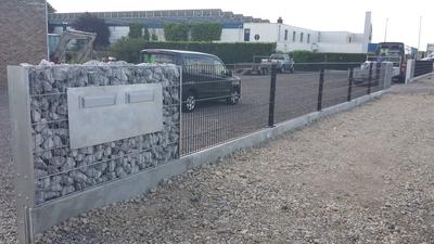 Dubbelstaalnetten en stone wall brievenbus