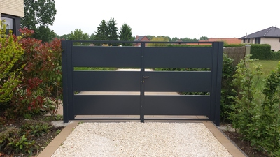 Moderne poort met metalen U bakken
