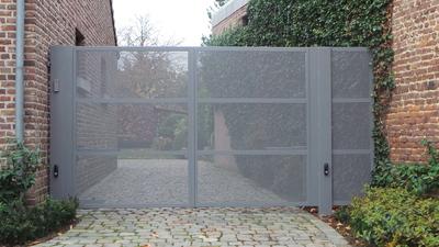 Moderne poort met perfo plaat