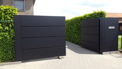 Moderne poort met aluminium bakken.