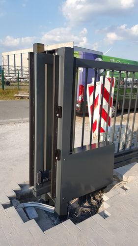 Portiek schuifpoort voorzien van fotocellen en veiligheidslijsten.