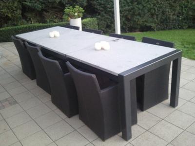 Metalen tafel met granieten blad