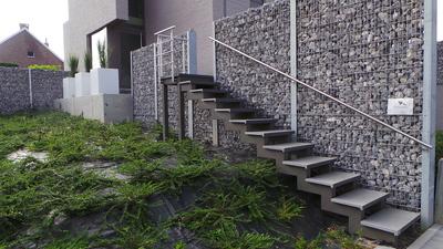 Trap met stenen muur.